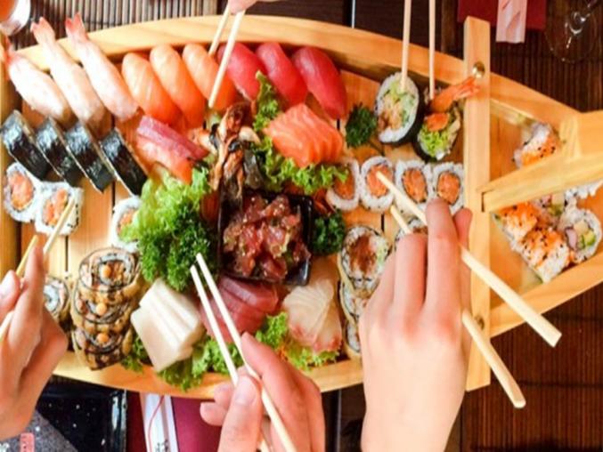Casos de gnatostomosis aumentan con el consumo de pescado crudo en sushi, sashimi y ceviche.